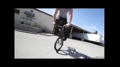 دوچرخه سوار فوق حرفه ای و حرکات جالب آن